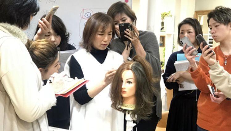 株式会社 次世代増毛エクステの講習を受ける人たち